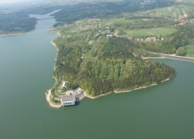 Aerial shot of the plant. You can see buildings, a forest and the Dobczycki reservoir.