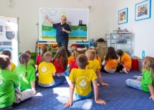 The teacher explains the water cycle in nature to the children.